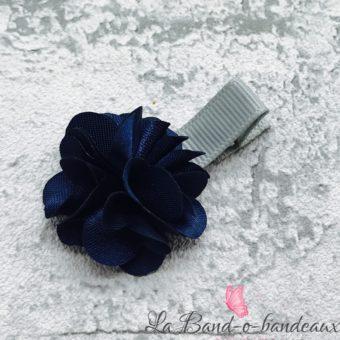 Barrette grise fleur satin bleu marine